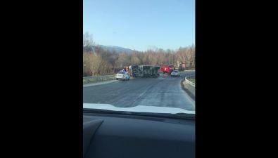 На охотской трассе перевернулся грузовик