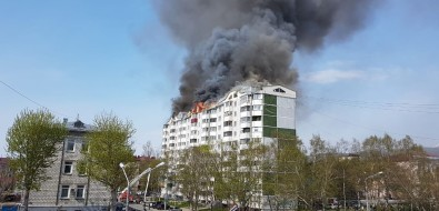 Пожар вмногоэтажке наулице Чехова вЮжно-Сахалинске полыхает на700 кв. метрах