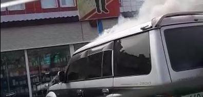 """На парковке торгового дома """"СМС"""" вЮжно-Сахалинске потушили Mitsubishi Pajero"""