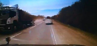 Летящая сбольшегруза арматура чуть непопала вмашины наюго-западной объездной дороге вЮжно-Сахалинске
