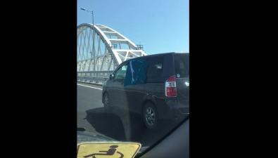 Сахалинский флаг прокатили поКрымскому мосту впамять ожертвах нефтегорской трагедии