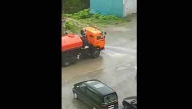 В Синегорске поливальная машина мыла дорогу вдождь