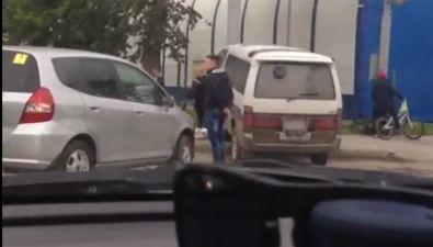 На перекрестке улиц Железнодорожной иДеповской вЮжно-Сахалинске микроавтобус столкнулся схэтчбеком истолбом