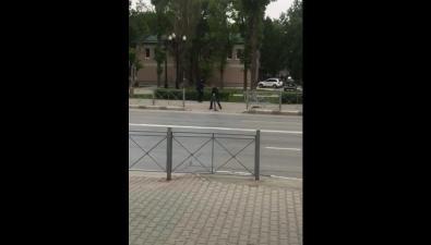 Южносахалинец демонтировал ограждение, которое установили наместе бывшего пешеходного перехода напроспекте Победы