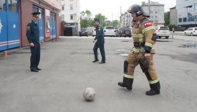 Сахалинские спасатели сняли видеоролик вподдержку сборной России пофутболу
