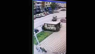 Сахалинец, укравший куртку сдокументами изавтомобиля экспедитора, попал накамеру видеонаблюдения