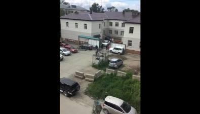 Южносахалинцы сообщают оработниках городской поликлиники №1, устроивших автомойку назаднем дворе