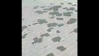 На Компроспекте дырки оттротуарной плитки замазывают асфальтом