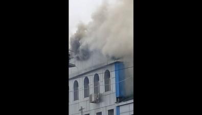 Пожарные немогут потушить общежитие наулице Шлакоблочной вЮжно-Сахалинске