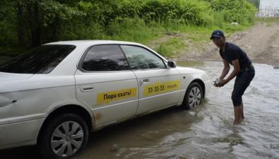 Водитель такси изЮжно-Сахалинска устроил автомойку нареке Еланьке