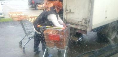 Южносахалинец заснял разгрузку хлеба вдискаунтере наулице Железнодорожной