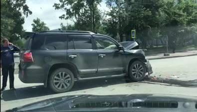 "В Южно-Сахалинске водитель Land Cruiser ""догнал"" грузовик"