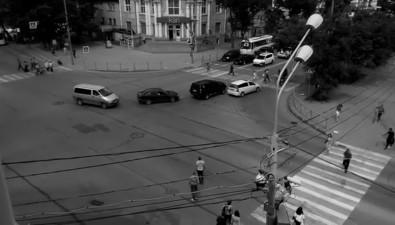 Мэрия пока несобирается организовывать ужеорганизованное движение пешеходов подиагонали наперекрестке Сахалинской иЛенина