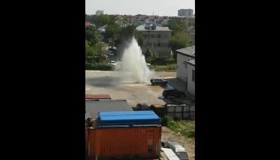 На улице Комсомольской вЮжно-Сахалинске из-под земли полчаса билкрасивый фонтан
