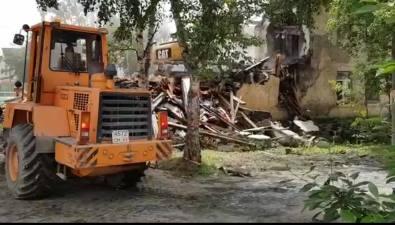 В Южно-Сахалинске сносят расселенный домна улице Невельской