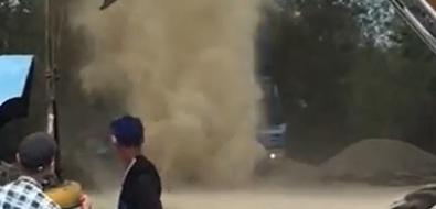 Пыльный вихрь наулице Железнодорожной вЮжно-Сахалинске неиспугал очевидцев