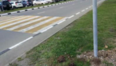 Новый пешеходный переход наулице Емельянова вЮжно-Сахалинске упирается ввысокие бордюры