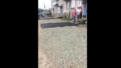 Жильцы дома вКорсакове удивились частичному асфальтированию своего двора