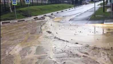 Реки глины портят жизнь иобувь жителям Макарова после каждого дождя