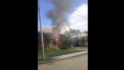 В Смирных тушат пожар ввосьмиквартирном деревянном доме