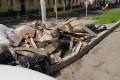 В одном издворов Южно-Сахалинска нагазоне неделю лежит сброшенный скрыши строительный мусор