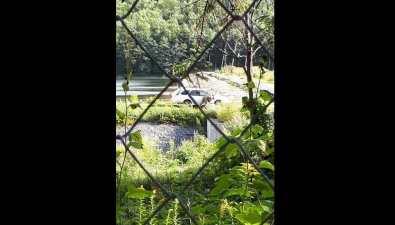 Мужчина мылавтомобиль вгородском водохранилище Южно-Сахалинска