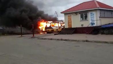 Около здания ГИБДД вХолмске загорелся автобус