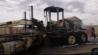 В Холмском районе сгорел грейдер