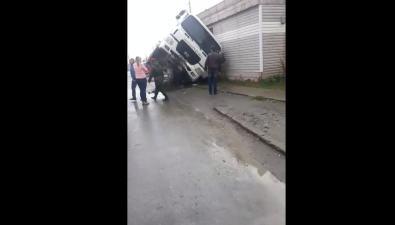 Большегруз безтормозов врезался встолб иопрокинулся напустующее здание магазина вХомутово