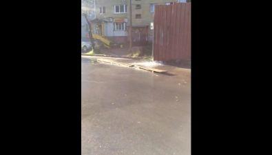 Проезжую часть вЛуговом заливает вода состройки