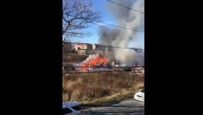 На улице Восточной вКорсакове горит деревянный дом