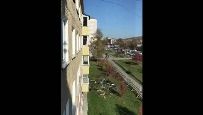 Сахалинская строительная компания сбрасывает мусор скрыши припроведении капремонта