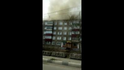 В Корсакове загорелась крыша пятиэтажки