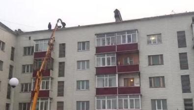 Прокуратура заинтересовалась ремонтом кровли дома вНогликах, из-за которого затопило квартиры