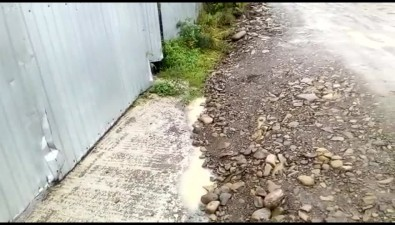 Лом пригодился жителям улицы Полевой вСмирных, чтобы заезжать всвои дворы после ремонта дороги