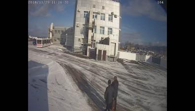 Пассажир, выходивший избизнес-зала вюжно-сахалинском аэропорту, упал подавтобус ипокалечился