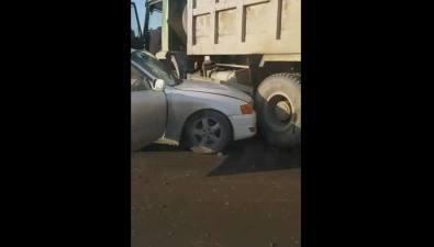 Иномарка исамосвал столкнулись вХомутово
