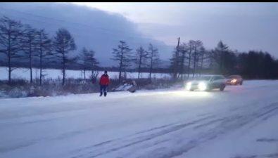Четыре машины вылетели вкюветы наскользком участке трассы Южно-Сахалинск— Долинск