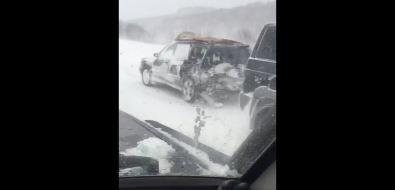 Патрульный автомобиль приехал наДТП, носам попал ваварию нахолмской трассе