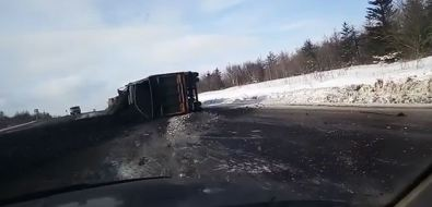 Перевернувшийся грузовик засыпал углем дорогу навъезде вШахтерск