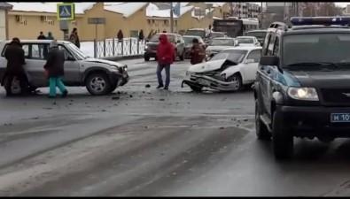 """В Южно-Сахалинске две""""Тойоты"""" незахотели пропускать полицейских истолкнулись друг сдругом"""