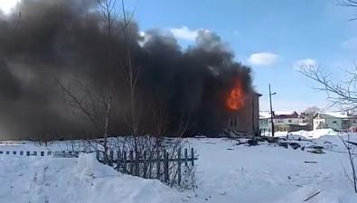 В Ногликах горит заброшенная школа
