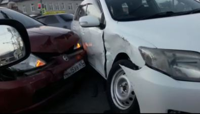Toyota Fielder иNissan Tiida столкнулись наперекрестке проспекта Мира иулицы Украинской вЮжно-Сахалинске