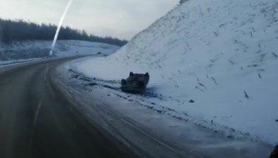 Два автомобиля вылетели вкювет наодном повороте дороги вШахтерск