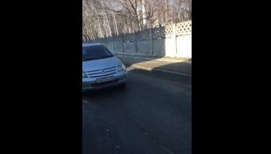 Южносахалинка, спешившая всалон красоты, бросила машину посередине дороги