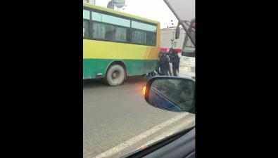 """На перекрестке вЮжно-Сахалинске группа мужчин позанималась """"автобусным кроссфитом"""""""