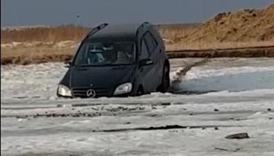 """Нетрезвый рыбак заставил свой """"Мерседес"""" нырнуть вНайбу"""