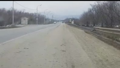 Автомобилисты жалуются намусоровозы, которые разносят грязь сосвалки Южно-Сахалинска вгород