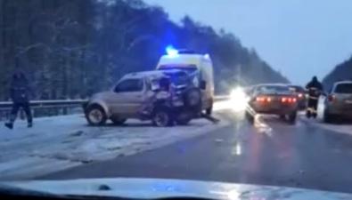 Несколько автомобилей столкнулись сбольшегрузом наскользкой корсаковской трассе