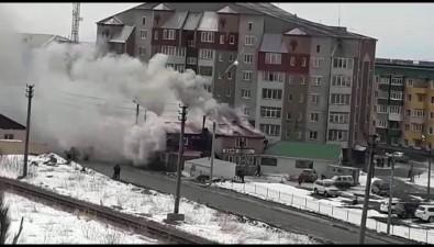 Двухэтажное здание кафе пытаются потушить вНевельске